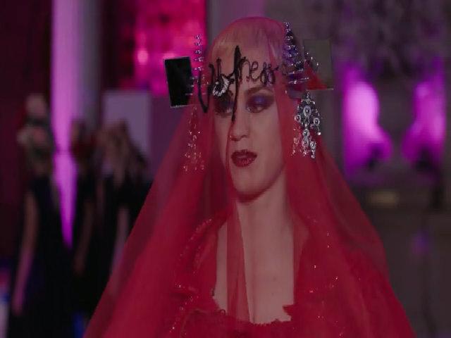Katy Perry diện váy cô dâu du mục