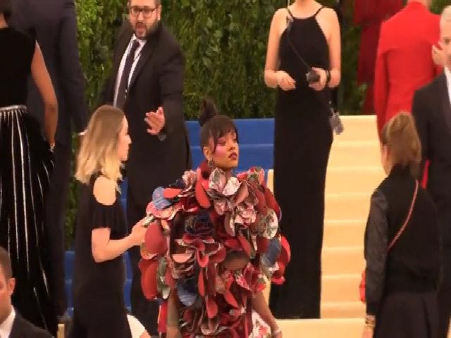 Rihanna ở thảm đỏ Met Gala 2017