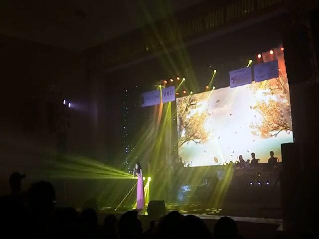Phương Mỹ Chi hát 'Chờ người'
