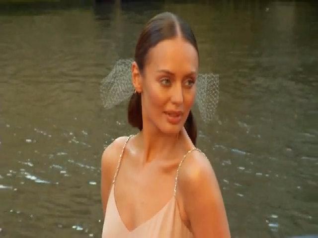 Laura Haddock diện đầm Miu Miu