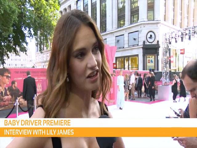 Lily James diện đầm Burberry
