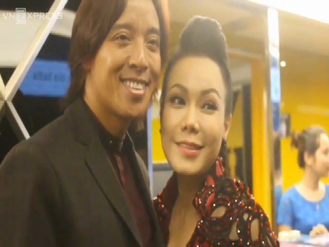 Việt Hương âu yếm chồng ở sự kiện