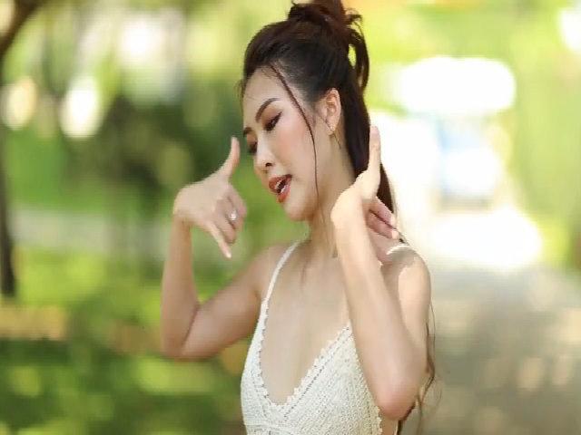 Tường Linh mặc crop top khoe vũ đạo