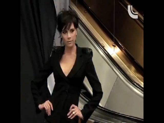 Victoria Beckham mặc áo độn vai