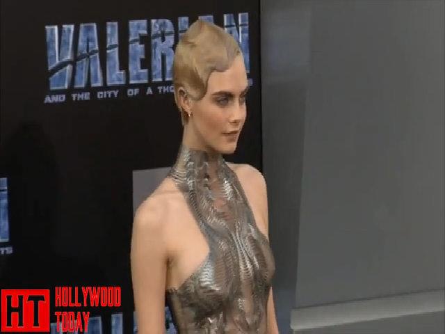 Cara Delevinge diện đầm kim loại