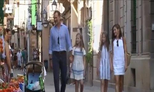 Gia đình nhà vua Tây Ban Nha trên phố