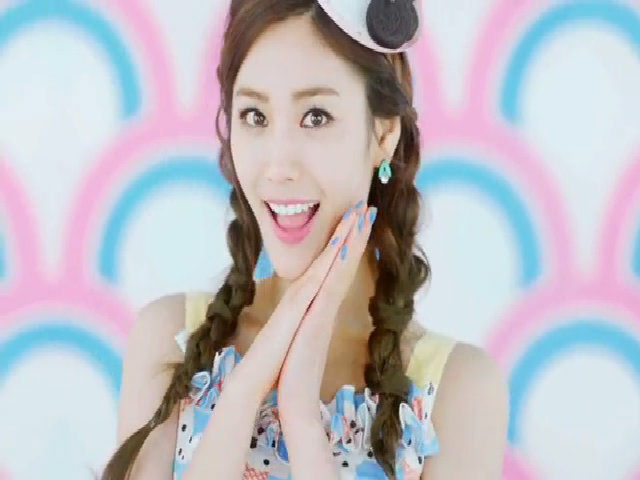 "Cận cảnh nhan sắc của Nana trong MV ""Abing abing"""