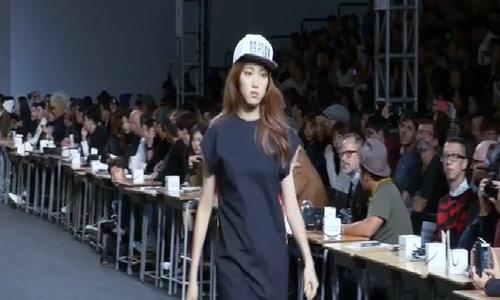 Lee Sung Kyung trên sàn catwalk