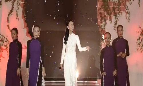 Hà Thu chở Thanh Thức đi chợ Tết trong MV