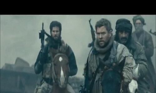 """Chris Hemsworth cưỡi ngựa bắn súng trong """"12 Strong"""""""