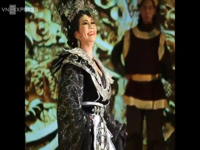 Khán giả vỗ tay liên tục khi Ngọc Huyền diễn cảnh Phi Giao bị xử tử