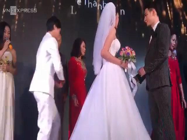 Chúng Huyền Thanh hôn chồng trên sân khấu