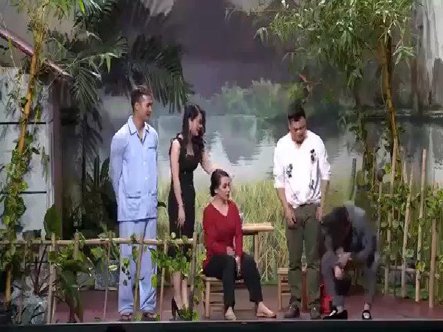 Hoài Linh ngượng khi bị Phi Nhung kể từng tán tỉnh chị