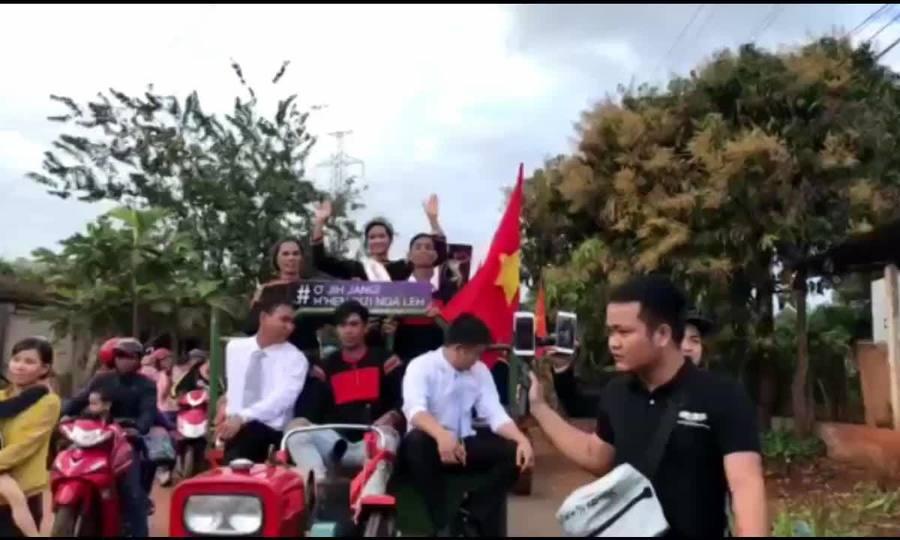 Hoa hậu H'Hen Niê đi xe máy cày về làng