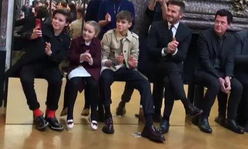 Harper nam tay bo du dem thoi trang cua Victoria Beckham