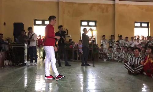 Đàm Vĩnh Hưng vào trại giam hát tặng hàng trăm phạm nhân