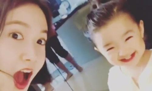 Vẻ lém lỉnh của bé In Ha Eun bên ca sĩ thần tưng Yoona