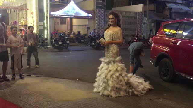 Chồng Lâm Khánh Chi chỉnh váy cho vợ trên thảm đỏ