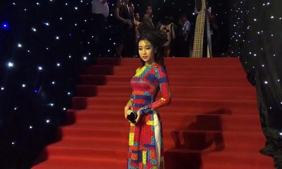 Đỗ Mỹ Linh, Hoàng Thùy Linh tạo dáng trên thảm đỏ