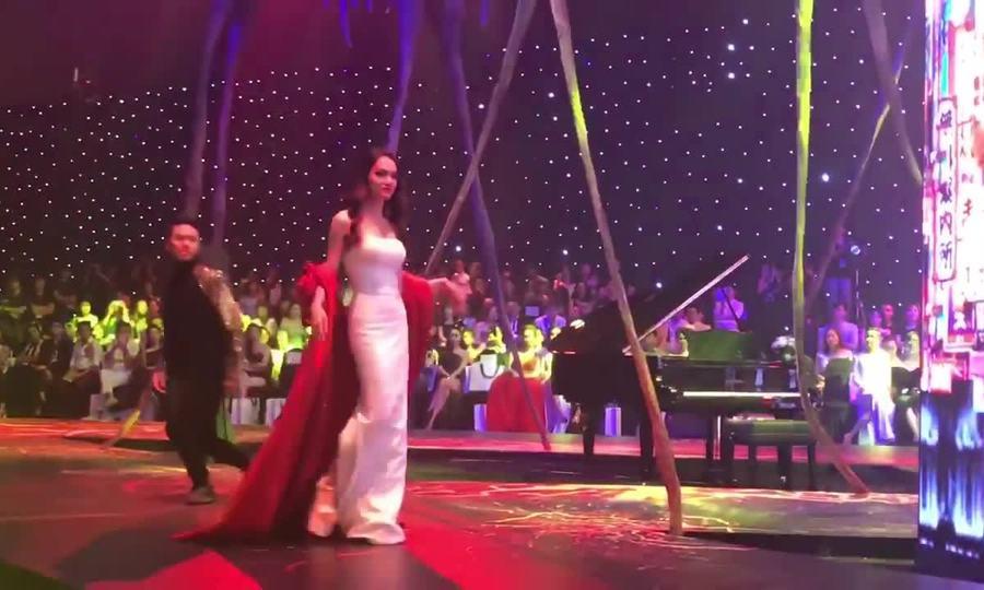 Hương Giang catwalk trong show Đỗ Long