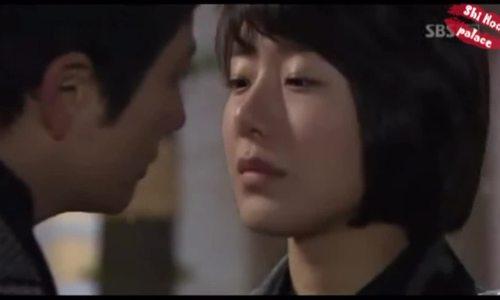 Nụ hôn đầu tiên của Yoon Jung Hee trong 'Vinh quang gia tộc'