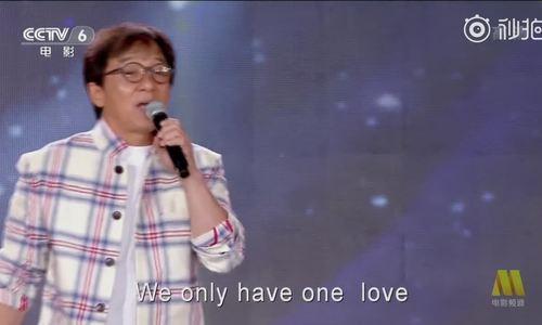 Thanh Long du day tu truc thang xuong mat dat