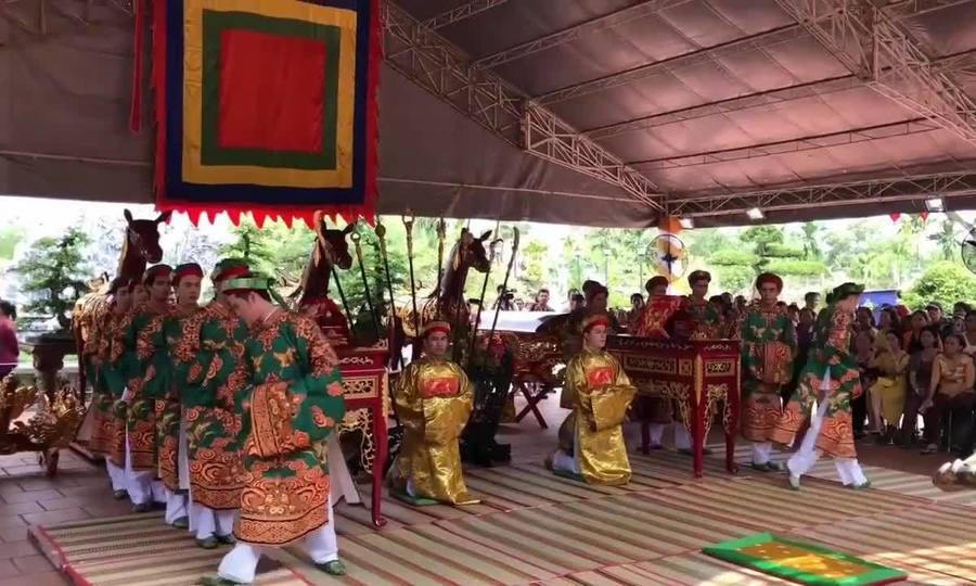 Hàng trăm khán giả đến dự lễ cúng tổ của Hoài Linh