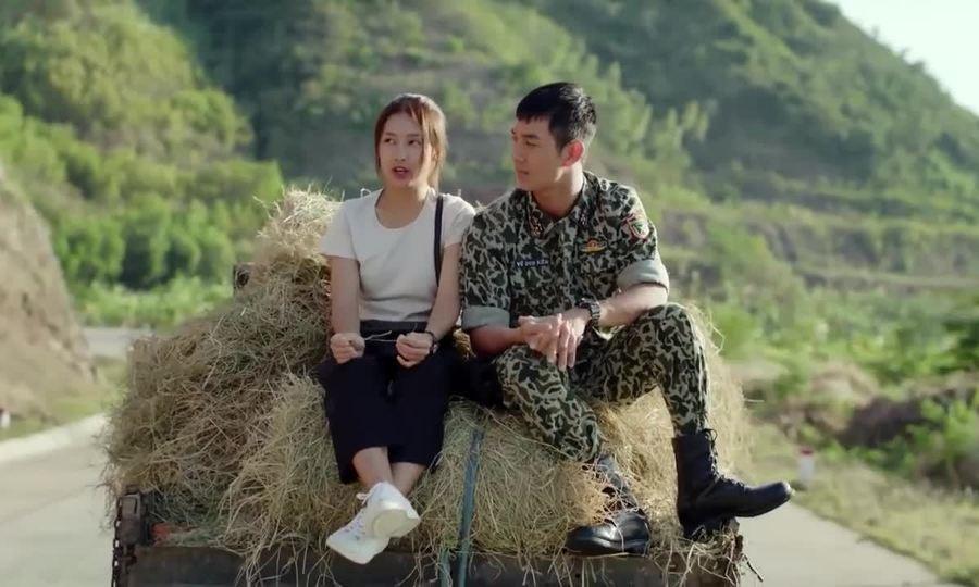 Khả Ngân hôn Song Luân trên xe rơm