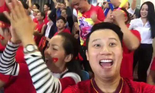Hoàng Bách hôn vợ khi Việt Nam ở tỷ số