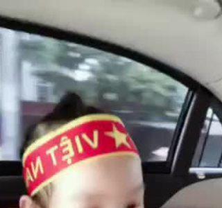 Mẹ con Trịnh Kim Chi cổ vũ bóng đá Việt Nam