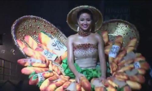 H'Hen Niê biểu diễn trang phục dân tộc ở Miss Universe