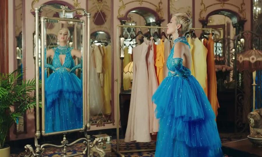 Katy Perry di?n váy C?ng Trí làm nhan v?t trong game