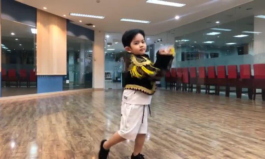 Con trai Khánh Thi tập nhảy với bố