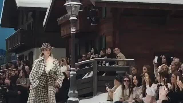 Cara Delevingne ở show Chanel Thu Đông 2019