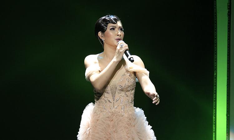 """Nguyễn Hồng Nhung hát """"Xin lỗi"""""""