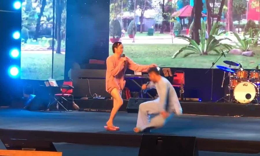 Hoài Linh diễn hài cùng Hứa Minh Đạt