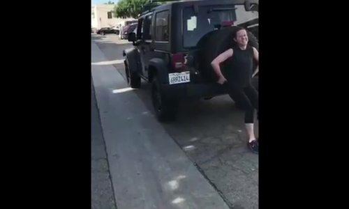 Brie Larson đẩy xe