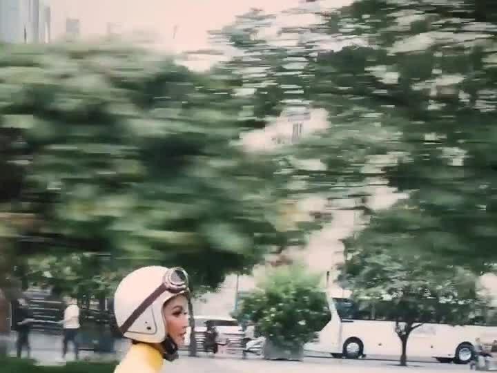 H'Hen Niê chạy xe máy ra phố đi bộ Nguyễn Huệ