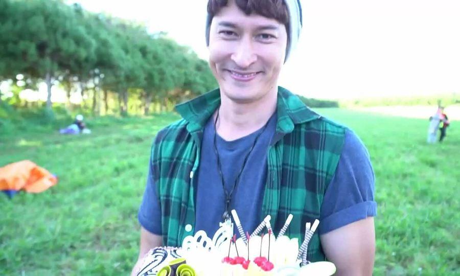 Huy Khánh rạng rỡ khi đón sinh nhật xa nhà