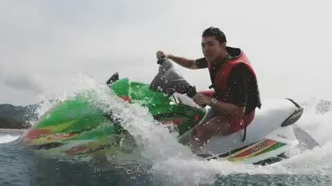 Nine Naphat lướt sóng