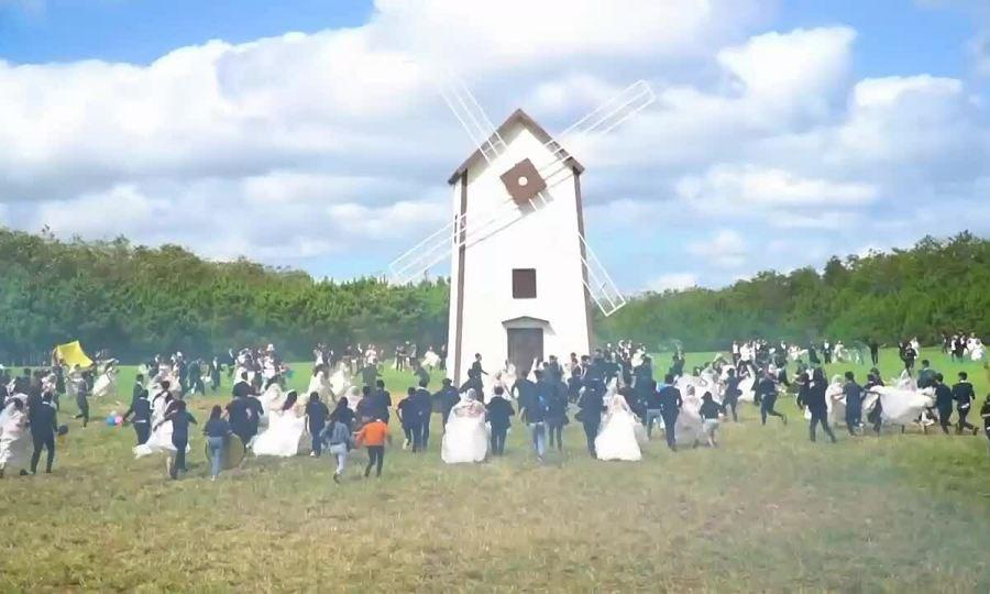 Lý Hải dựng cối xay gió 14 m quay cảnh đám cưới cho 200 cặp