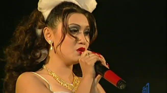 """Y Phụng hát """"Con gái bây giờ"""" với Minh Thuận"""