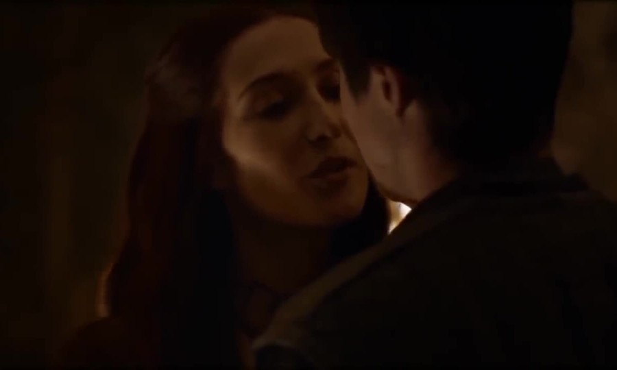 Melisandre quyến rũ Gendry trong Game of Thrones