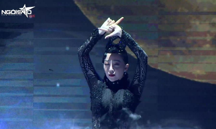Linh Nga múa 'Ngắm mình dưới trăng'