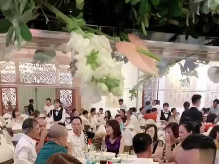 Ngọc Trinh trong tiệc cưới Lê Hà
