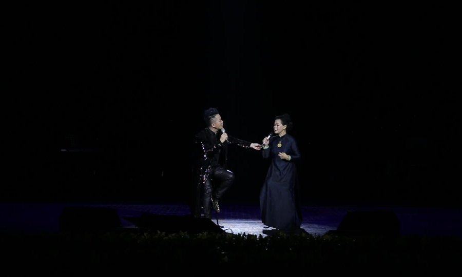 "Tùng Dương, Khánh Ly hát ""Cát bụi"""