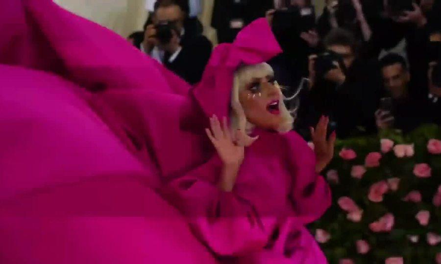 Lady Gaga cởi xiêm y ở Met Gala 2019