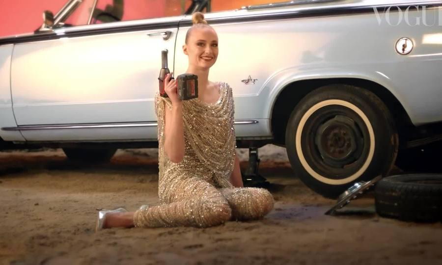 Sophie Turner di?n váy C?ng Trí ghi hình cho Vogue