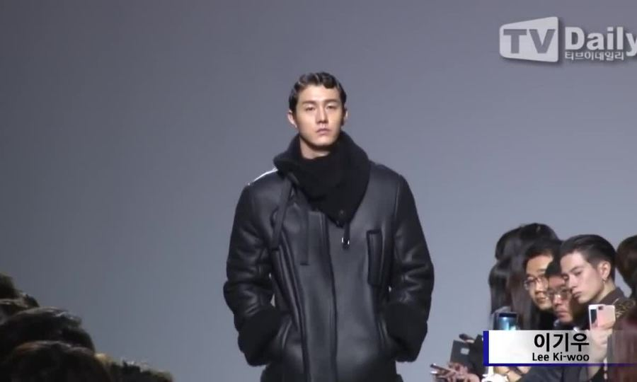Lee Ki Woo catwalk trong sự kiện thời trang
