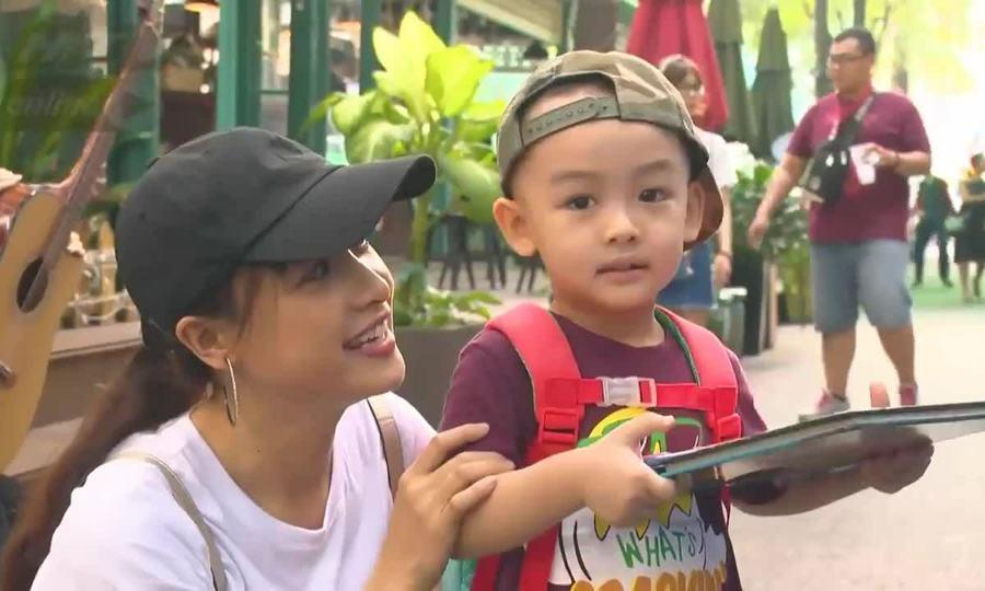 Lê Bê La và con trai dạo chơi đường sách TP HCM